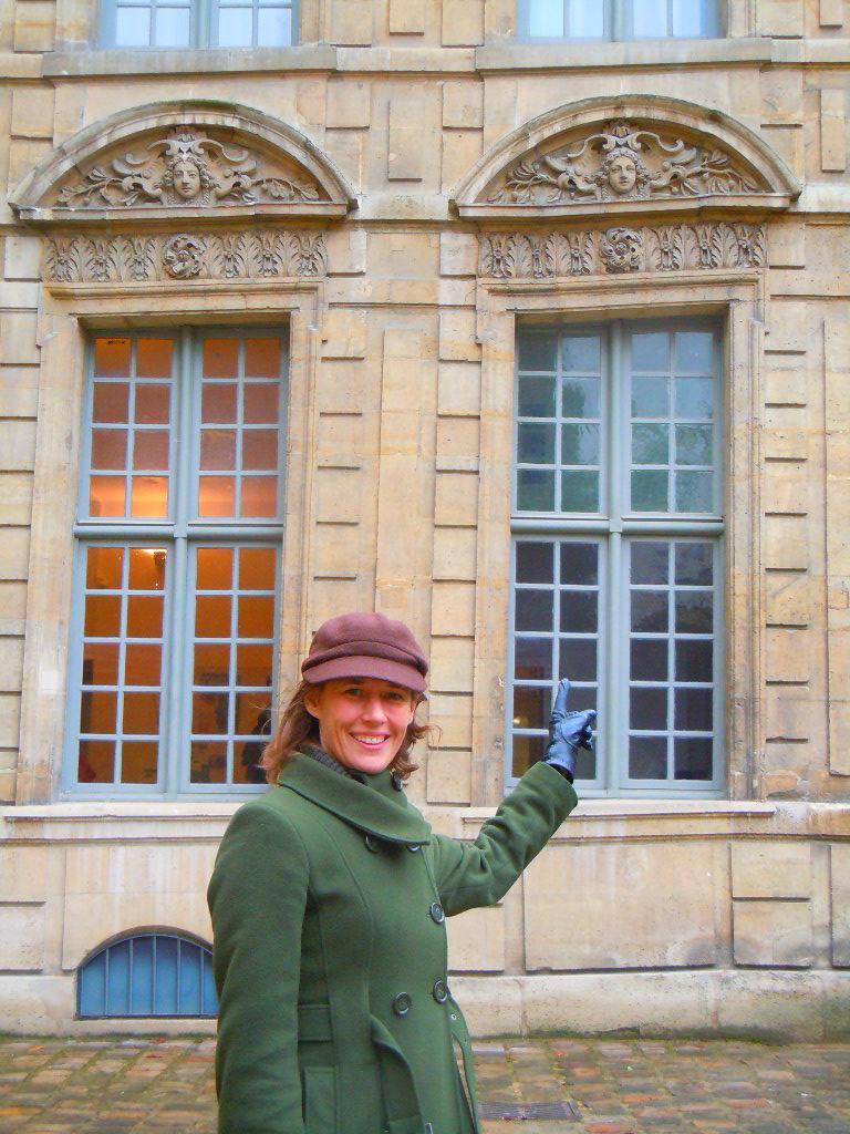 Une des fenêtres de l'Hôtel de Sully